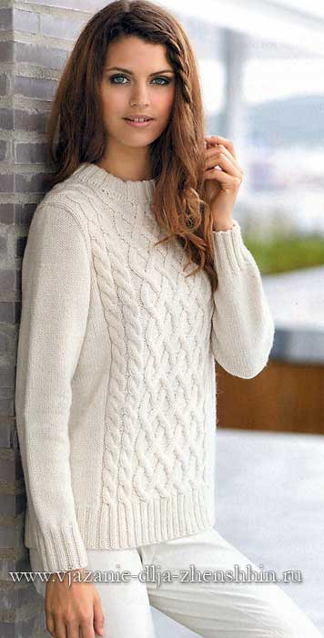 Белый вязаный свитер спицами