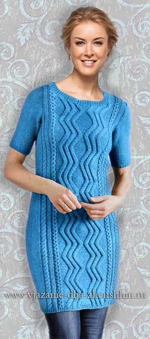 Голубое вязаное платье с крупным узором