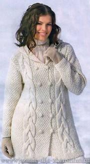 Белое вязаное пальто спицами