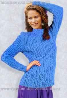Голубой вязаный свитер спицами