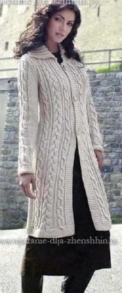 Вязаное пальто с косами